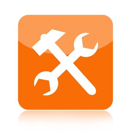 herramientas de mec�nica: Herramientas de icono con el martillo y llave inglesa aislada en el fondo blanco