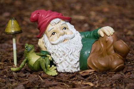 nain de jardin: Garden gnome pacifique de d�tente avec une grenouille