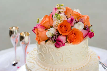 結婚式のケーキの上に花