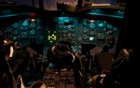 夜にライトが光るチヌーク ヘリコプターのコックピット 写真素材