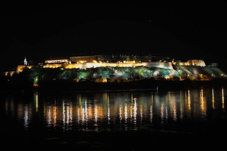 Fortress Petrovaradin in Novi Sad Servië 's nachts