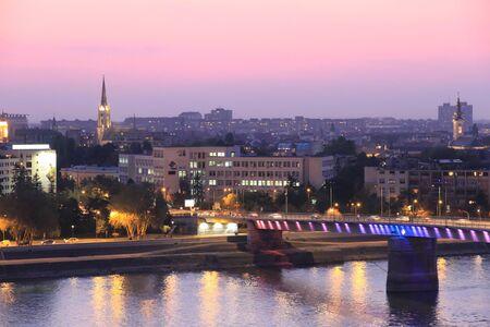 stad Novi Sad bij zonsondergang Redactioneel
