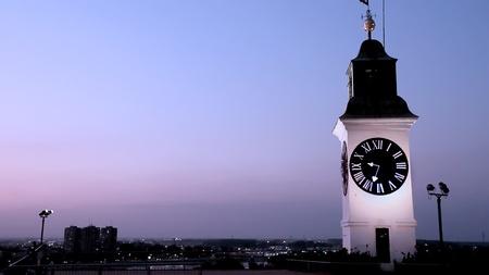 Petrovaradin fort klokkentoren in de schemering Stockfoto