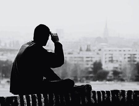 silhouet van een jonge man te kijken naar de stad, oude foto kijken