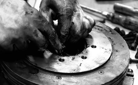 vuile handen - monteurs aan het werk 03