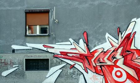 een deel van een gebouw versierd met graffiti Novi Sad Servië