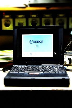 vintage windows fout mesage op een vintage laptop in grunge elektricien omgeving Stockfoto