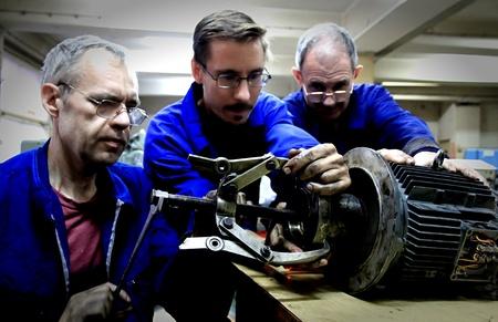 vuile handen - monteurs aan het werk 12 Redactioneel