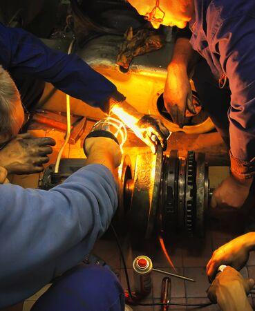 vuile handen - monteurs aan het werk 15 - het oplossen van problemen Redactioneel