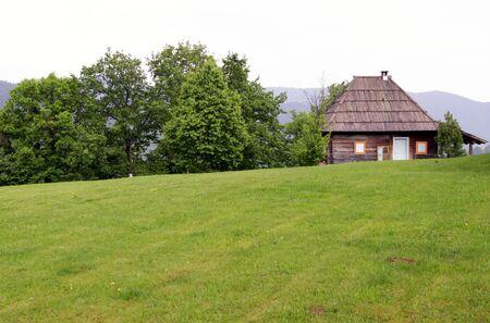 houten huis met weide