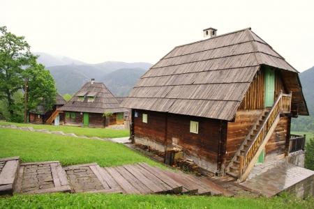 oude houten huizen op helling Redactioneel