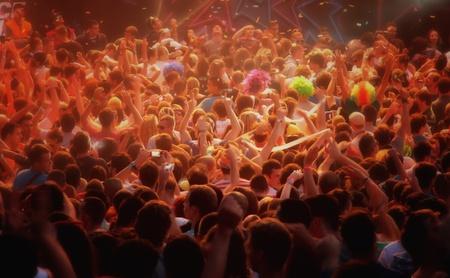 juichende menigte op muziekfestival Redactioneel