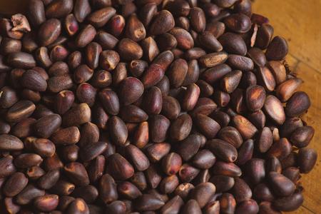 pinoli: Dadi di pino in gusci di cedro ciberian come sfondo. Macro. Archivio Fotografico