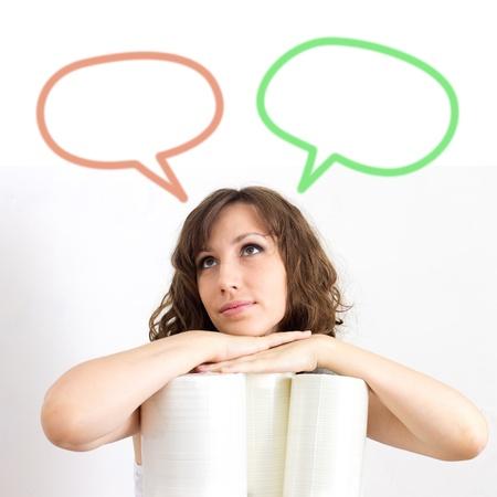 Junge Frau versucht, eine Entscheidung über weißem Hintergrund zu machen