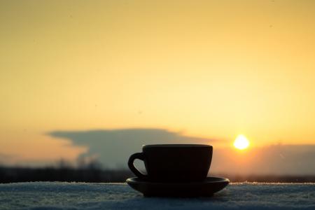 Romantische Winterabende Tasse Kaffee oder Tee in den Strahlen der untergehenden Sonne