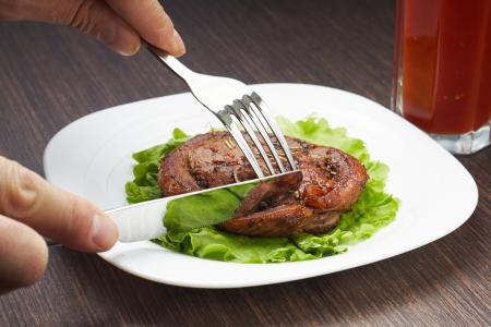 18966667-corte-de-carne-a-la-parrilla-con-cuchillo-y-tenedor-en-un-plato-blanco.jpg