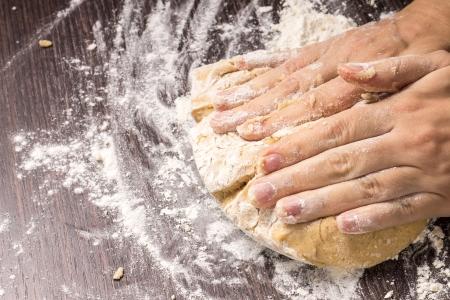 amasando: Pasta de amasamiento sobre tabla de madera