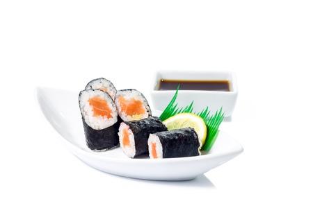 Seafood Maki sushi in witte plaat op een witte achtergrond Stockfoto