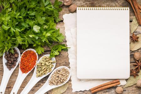 Menühintergrund. Rezept-Notizblock mit Vielfalt der Gewürze und Kräuter.