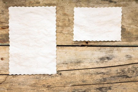 Rezept Hintergrund. Blank Blatt Papier auf Holztisch. Jahrgang leere Karte. Standard-Bild