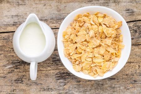 Gezonde voeding achtergrond. Top beeld De mening van cornflakes en jar van melk