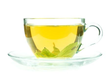 taza de te: Vidrio taza de t� verde fresco isollated sobre fondo blanco
