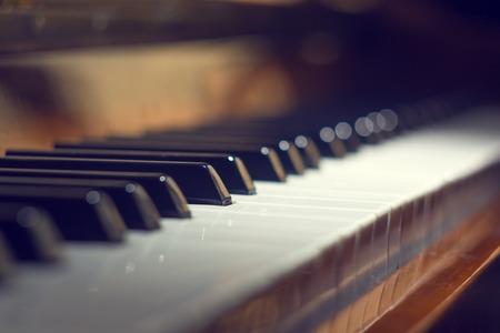 fortepian: Klawiatury fortepianu tle z selektywnej focus. Ciepły kolor stonowanych obraz