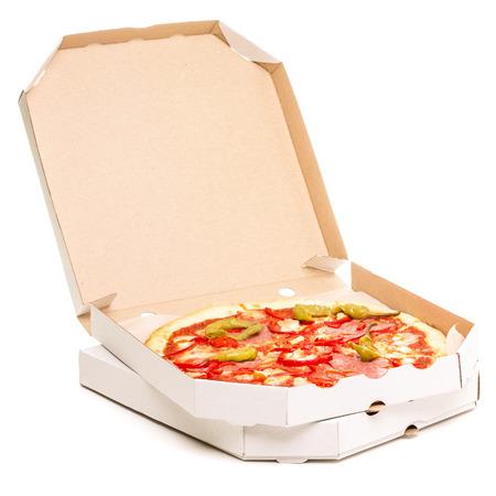 pizza: Abra el rectángulo con la pizza. Diabolo de pizza picante en cajas de cartón aisladas sobre fondo blanco Foto de archivo