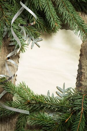 copo de nieve: ramas de los �rboles de Navidad con la tarjeta de papel en blanco y cinta de plata en el fondo de madera. Vista superior de la imagen de la decoraci�n de Navidad