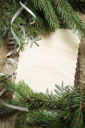 schneeflocke: Weihnachtsbaum Filialen mit leeren Papier-Karte und Silber Band auf Holzuntergrund. Draufsicht Bild der Weihnachtsdekoration