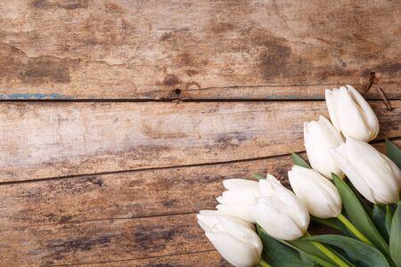 Tulpen in bos die op de houten achtergrond met exemplaarruimte liggen Stockfoto