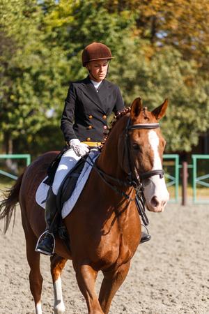 Jong tienermeisje dat een paard berijdt. Paardensport sportvrouw jockey Stockfoto