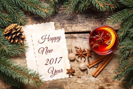 nouvel an: New Year 2017 carte avec des décorations de Noël et tasse de vin chaud