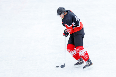 Young skater man in attack. Ice hockey game Imagens