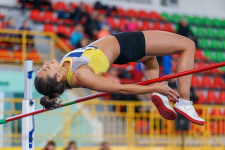 Athlète féminine professionnelle sautant par-dessus la barre