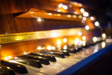 Clavier de piano avec lumière de Noël le soir