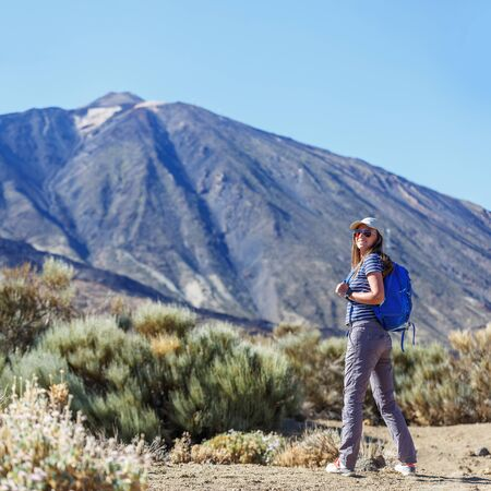Young tourist woman with backpack near Teide volcano, Tenerife 版權商用圖片 - 146869238