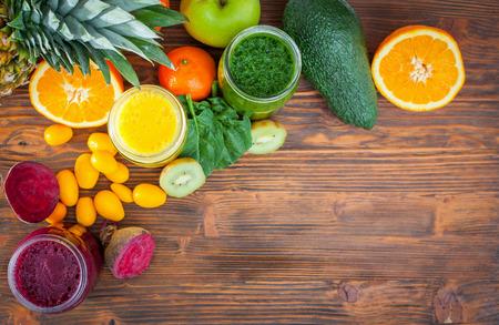食材の選択と集中ブレンド緑、黄色、紫のスムージー 写真素材