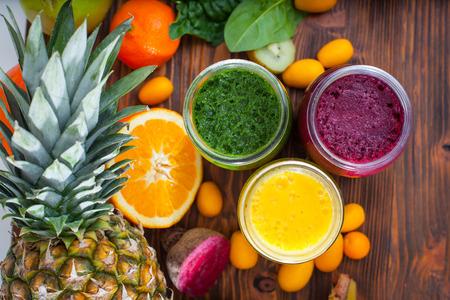 verre de jus d orange: Smoothie vert, jaune et violet m�lang� avec des ingr�dients de mise au point s�lective