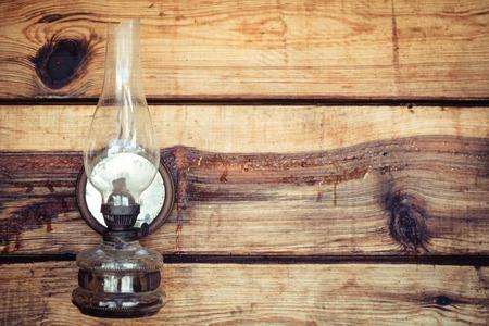 paraffine: paraffine lamp op houten wand