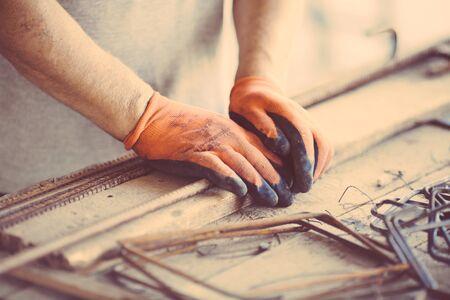産業労働者の身に着けている金属フレームワークを作る保護手袋を使用