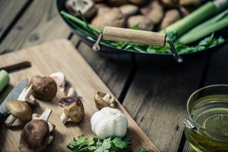 しいたけのキノコ鍋と食材をまな板で調理の準備します。