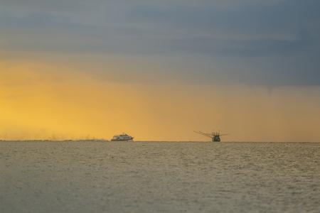 コ・パンガンの夕日シーンを持つ漁師ボート。水平方向の画像。 写真素材