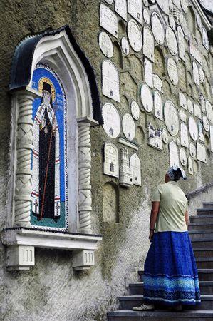 minster: Ukrainian woman looks at icons, Bakhchysarai, Ukraine Stock Photo