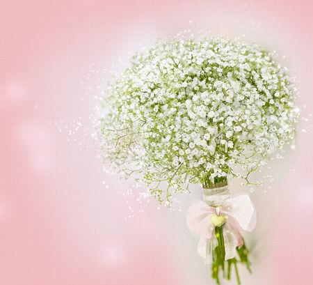 ramos de flores: Flores-aliento s Un beb� Gypsophila Bouquet sobre fondo rosa Foto de archivo