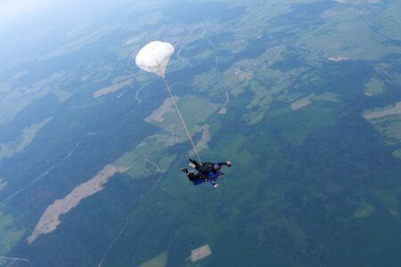 Tandem skydiving. Two skydivers are in the sky. 版權商用圖片