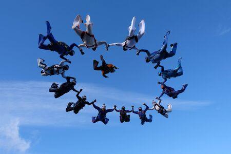 Paracadutismo in formazione.