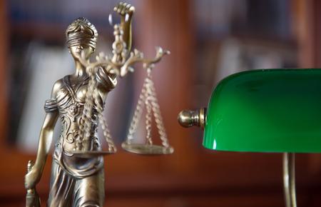 Oficina legal de abogado. modelo legal de la diosa de la justicia Foto de archivo - 89209200