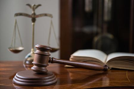 Młotek na drewnianym stole, koncepcja sali sądowej