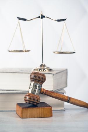el tema de la ley, mazo del juez, escritorio de madera, libros Foto de archivo